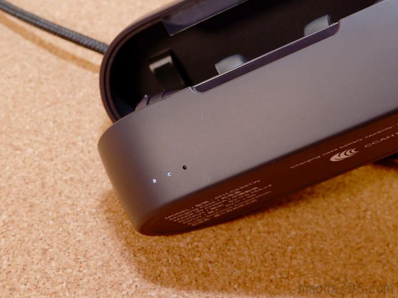 充電ケース自体の電池残量がわかるLEDランプが3つ並んでいます