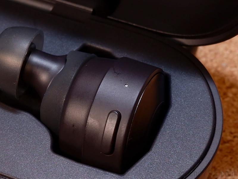 イヤホン本体への充電中は、本体のLEDランプが白色に点灯します。