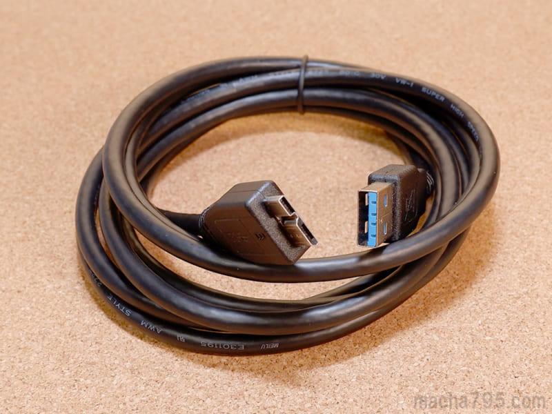 付属のUSBケーブルはUSB3.1の高速伝送に対応していて、長さは2mのロングケーブルです。