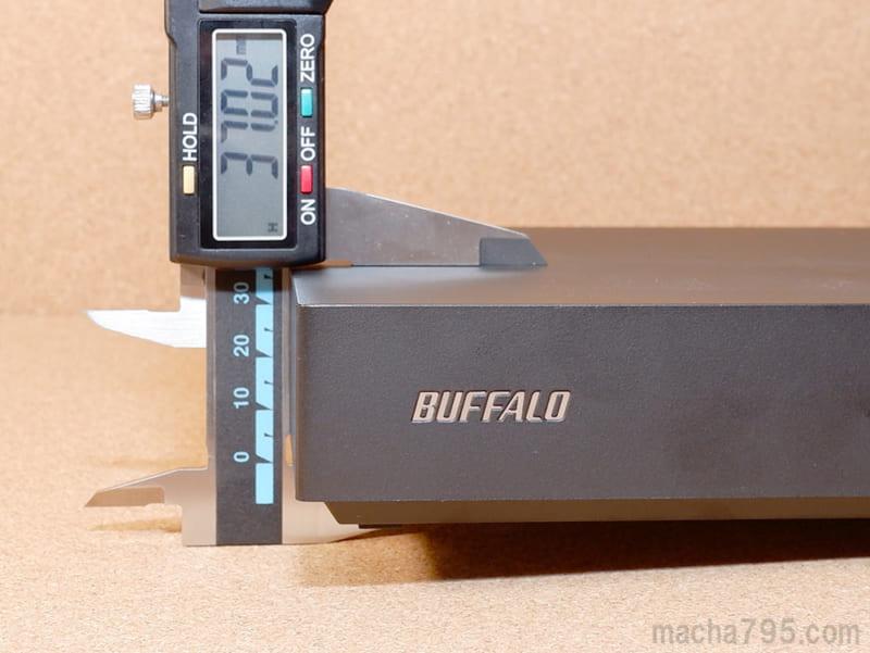 高さは防音・防振用の足を含めないで約3.7cmほどです。