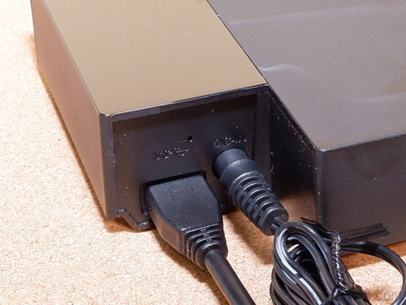 電源であるACアダプターと、USBケーブルを接続してレコーダーやテレビと接続するだけです。
