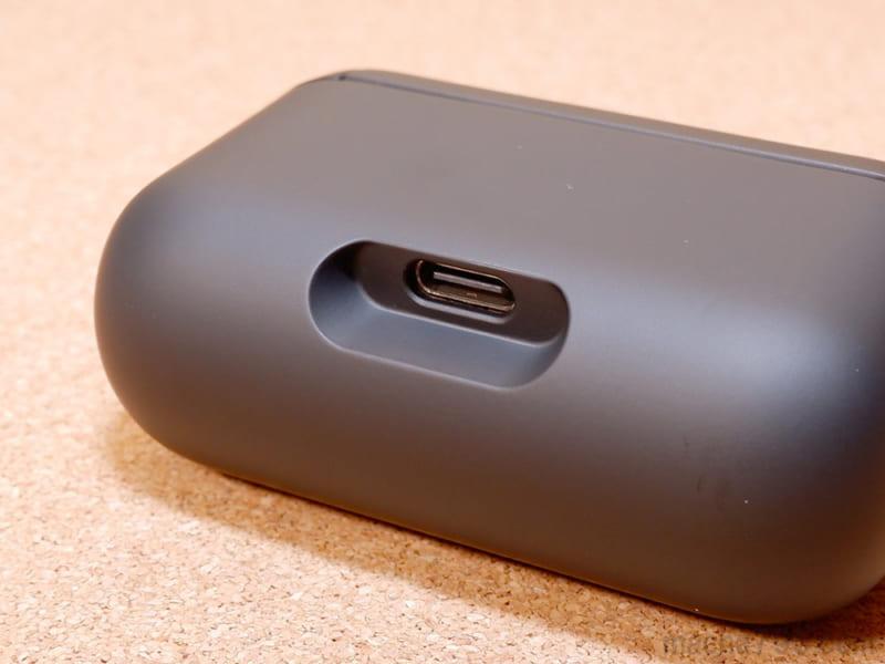 充電ケースの裏側の底側にUSB-C端子がある
