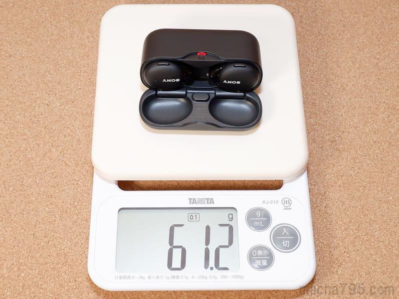 イヤホンも含めた合計の重さは、約61gです。