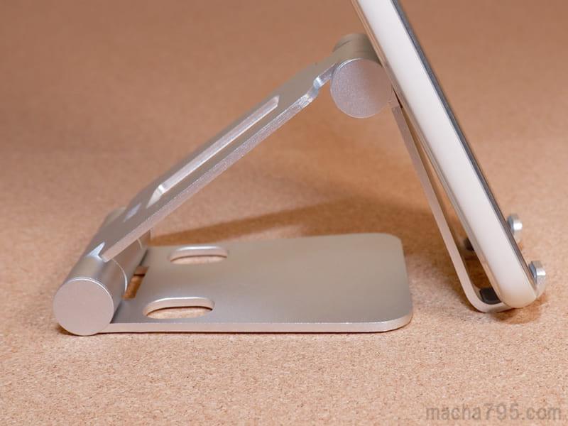 床に設置させるほどの低い位置でスマホを使うこともできます。