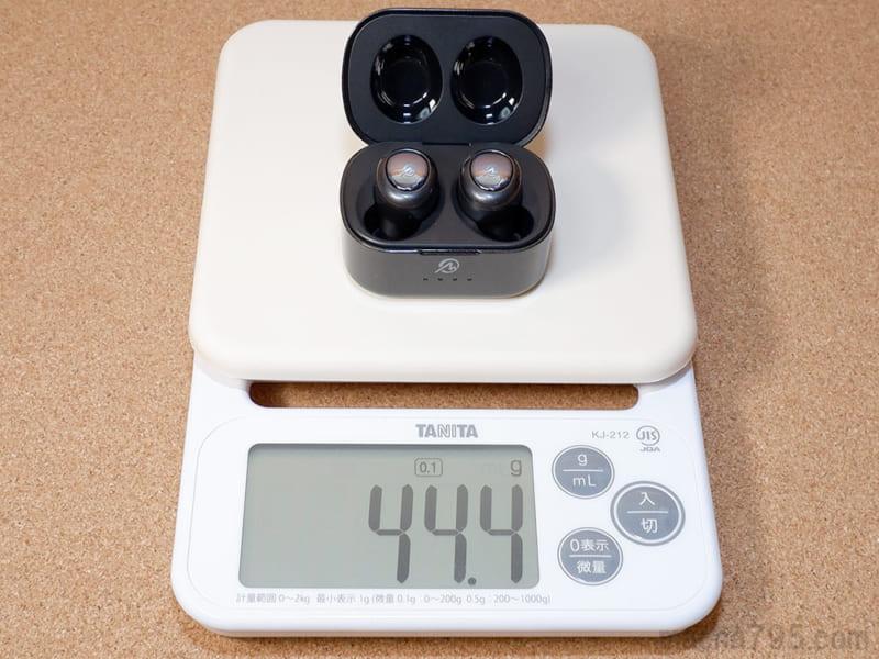 イヤホンも含めた合計の重さは、約44gです。
