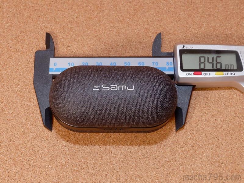 充電ケースの大きさは、横8.5cmの楕円っぽい形状です。