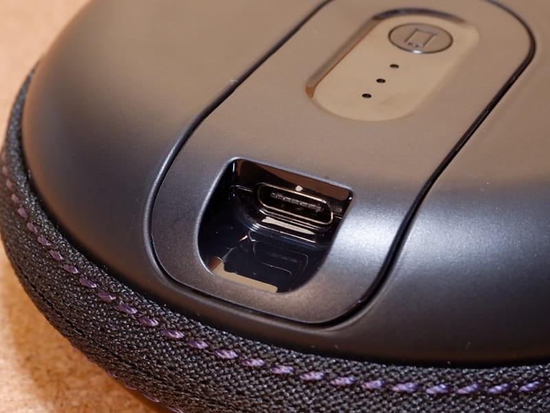 底にUSB-C端子があるので、付属のUSBケーブルなどを使って充電することができます。