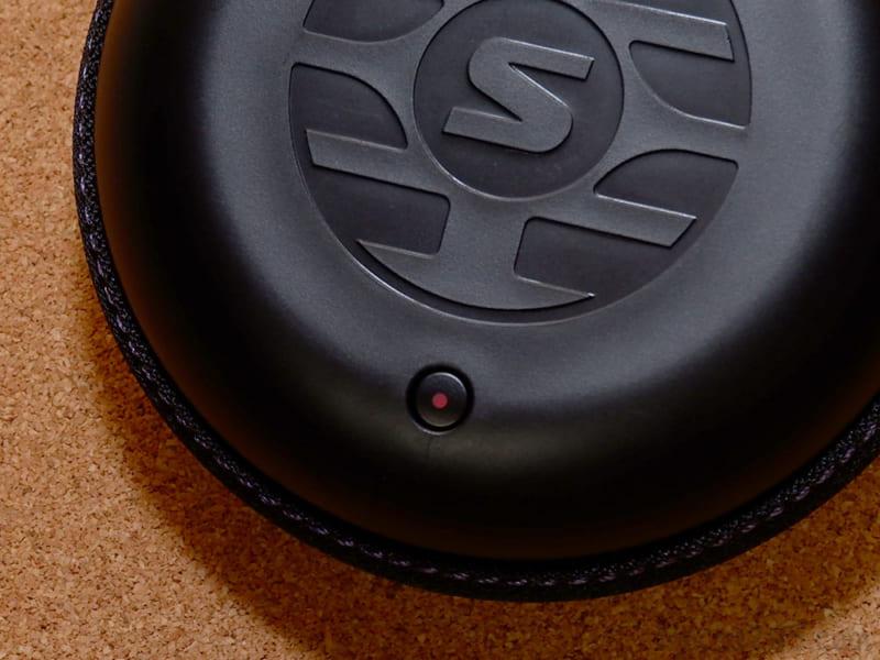 充電ケースを閉じていても、イヤホンへの充電LEDは確認できます。