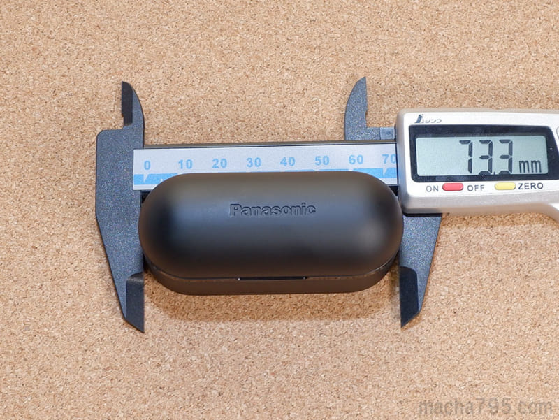 充電ケースの大きさは、横が約7.3cmの丸っこい直方体っぽい形状です。