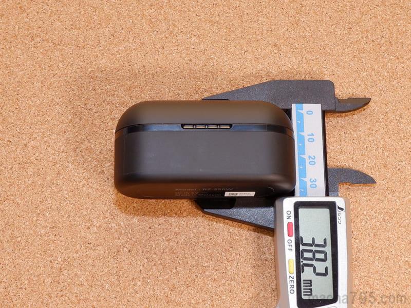 充電ケースの高さは約4cmです。