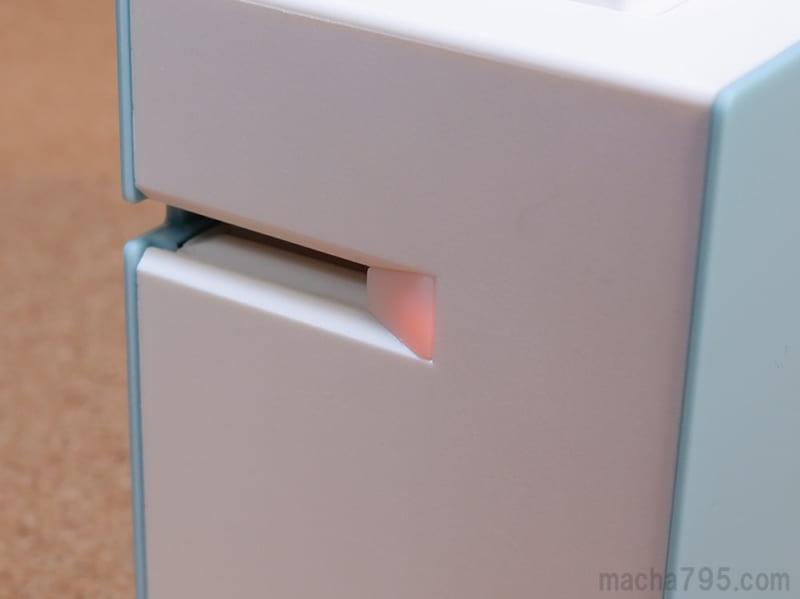 橙色(赤色)に点滅している状態は電池の残りが少ない状態です。