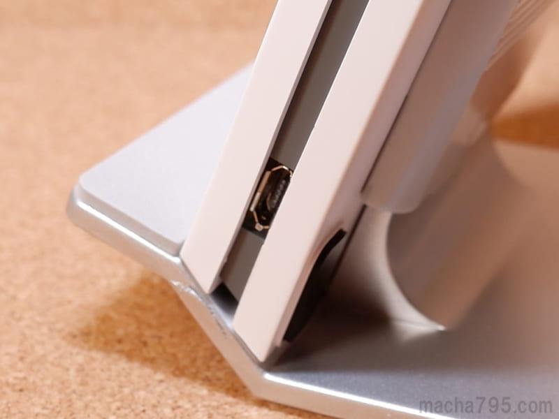 Micro USBコネクターは、正面から向かって右側の下の方にあります