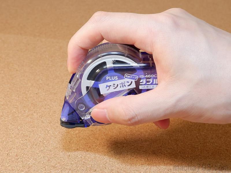キャップカバーのオープンボタンを押します