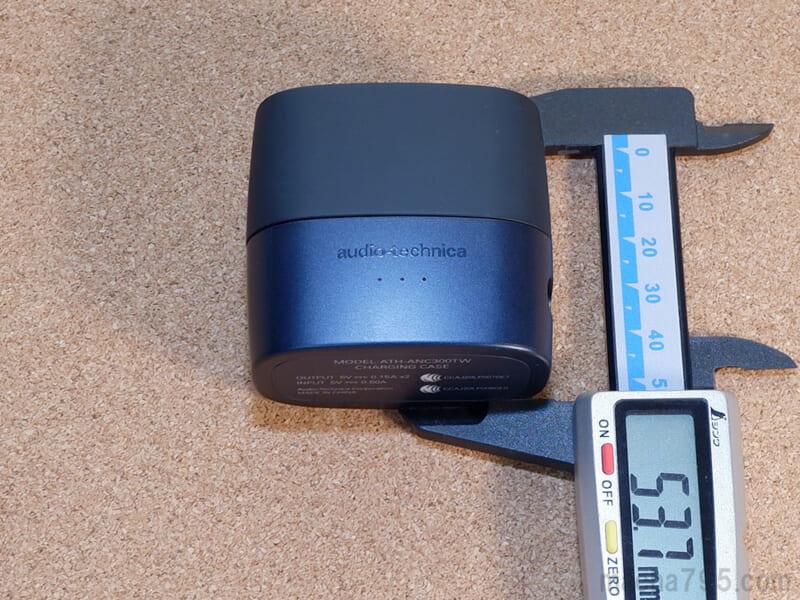 ATH-ANC300TWの充電ケースの高さは約5.4cmです。