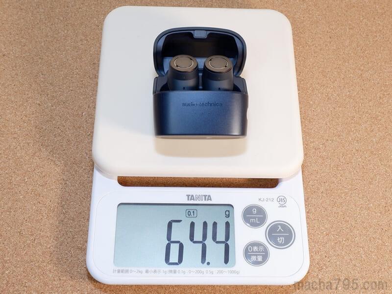 イヤホンも含めた合計の重さは、約64gです。