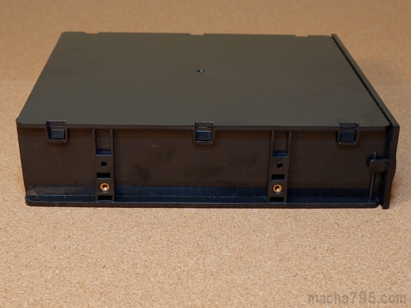 横にはPCケースへ固定するためのネジ穴があります。