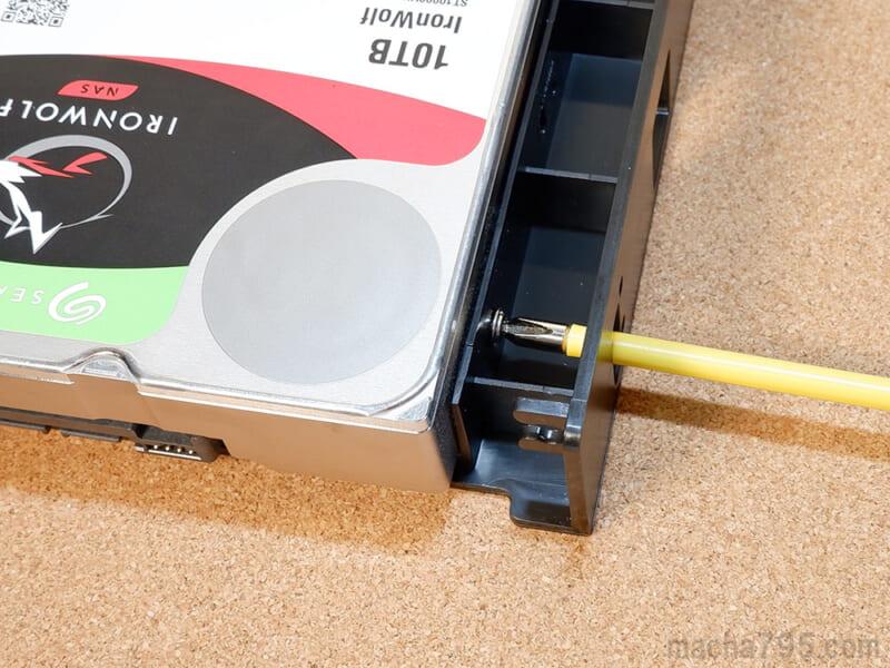 3.5インチHDDを取り付けるには、横のネジ穴で固定することができます。