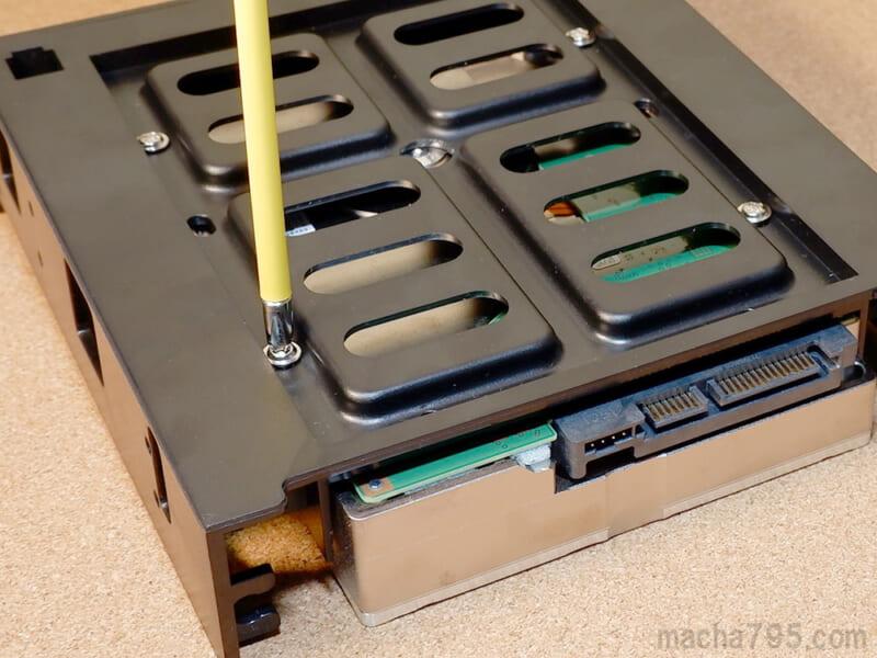底にあるネジ穴を使って固定することもできます