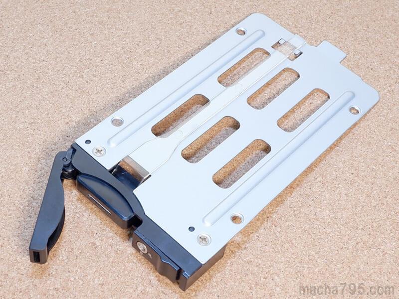 ネジ穴とステータスLED用のプラスチック板があります。