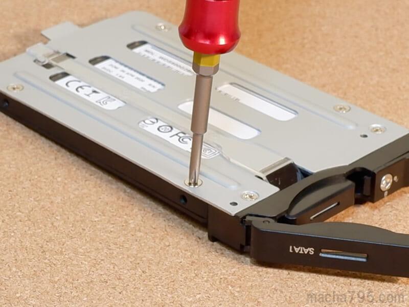 付属のネジを使って簡単にSSDを固定できます。