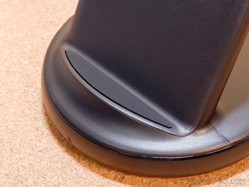 台座部分にあるゴムがスマホのズレを防いでくれます