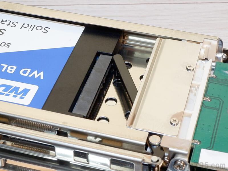 フロントパネルと連動した黒いバーが後ろからSSDを押し出します