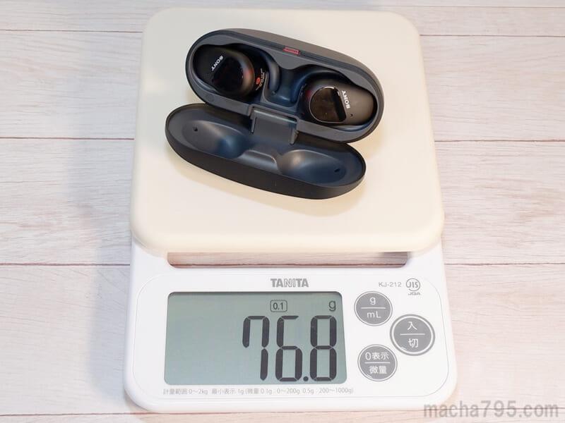 イヤホンも含めた合計の重さは、約77gです。