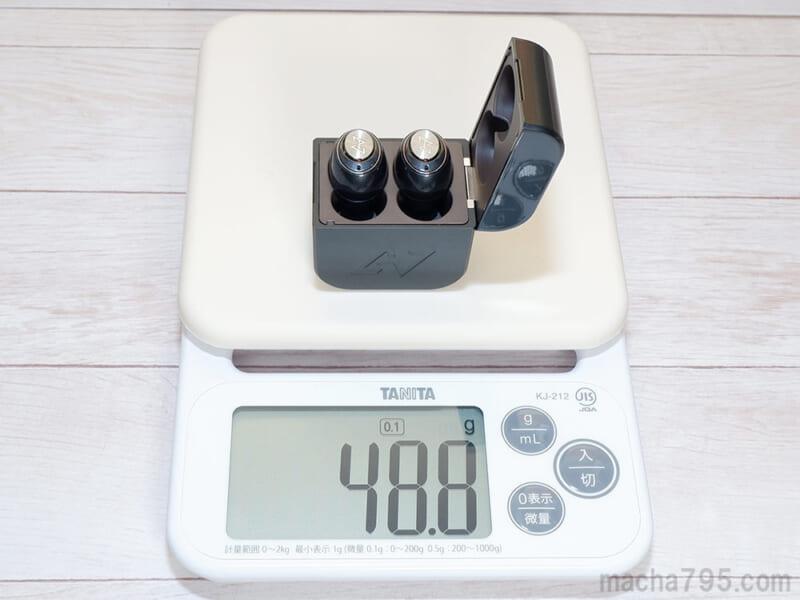 イヤホンも含めた合計の重さは、約49gです