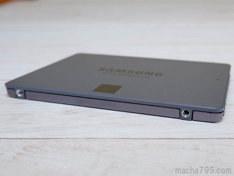 SSD本体の側面には、2箇所ネジ穴があります。