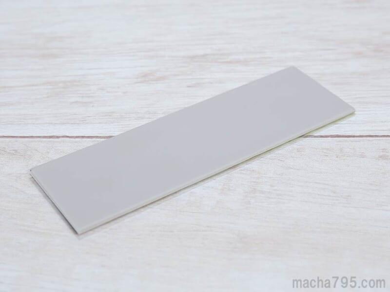 灰色で両面テープより厚いですが、熱伝導性は高いです