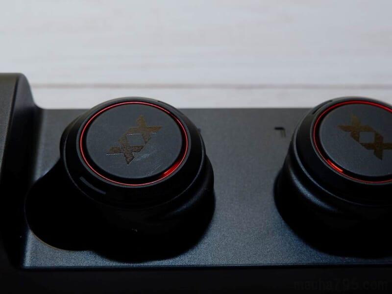 イヤホン本体への充電中は、LEDランプが赤色に点灯します