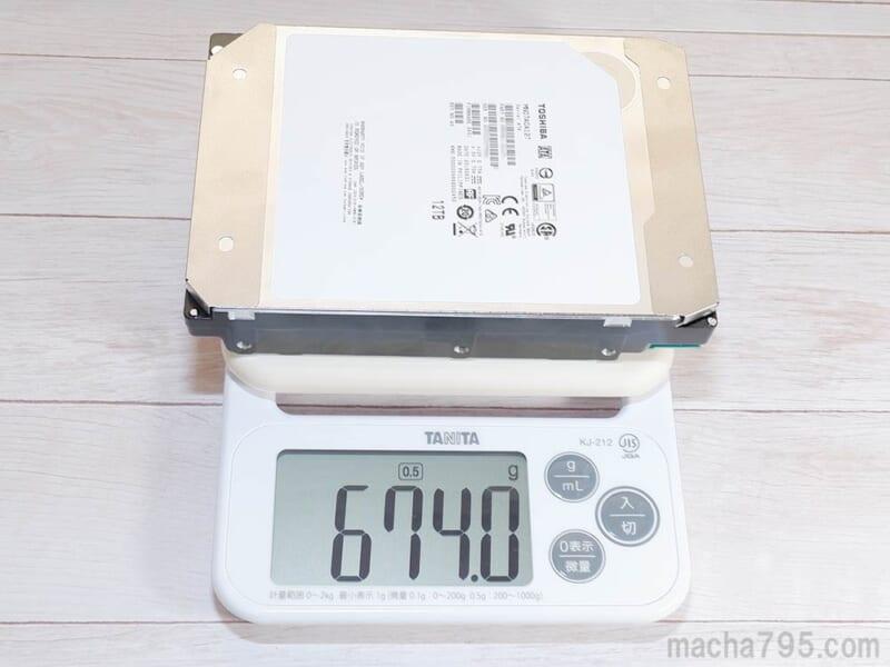 重さは計測したところ674g