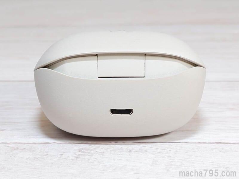 充電ケースの裏側にMicro USB端子がある